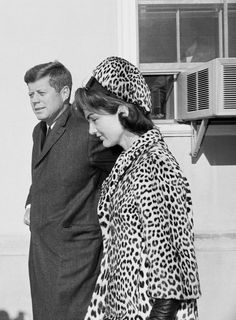 January Jackie Kennedy with President John F. Kennedy leaving Mass at the Middleburg Community Center in Middleburg, Virginia. Jacqueline Kennedy Onassis, John Kennedy, Estilo Jackie Kennedy, Les Kennedy, Jaqueline Kennedy, Caroline Kennedy, Brigitte Bardot, Die Kennedys, How To Have Style
