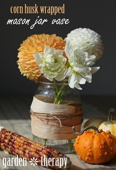 As if we needed another excuse to feast on corn, using their husks as crafting materials elevates a plain-Jane jar to a vibrant, harvest-inspired centerpiece.