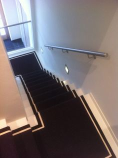 Een zwarte sisal Java loper op de trap   A black sisal Java carpet on the stairs.