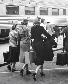 Peter Stackpole, Girls carrying their luggage at the train station, Pasadena, California, 1939 found photo war era WWII vintage fashion street style suit skirt jacket shoes hair hat coat wool winter ~ Moda Vintage, Vintage Love, Vintage Travel, Retro Vintage, Vintage Girls, Vintage Beauty, 1940s Fashion Women, Vintage Fashion, Womens Fashion