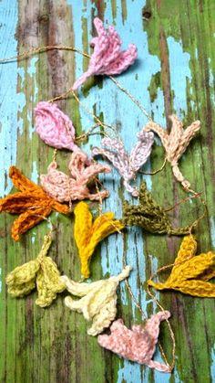 DIY Crochet Beechnuts (beukennootjes), free crochet pattern & photo tutorial (in Dutch) Crochet Leaves, Crochet Motifs, Crochet Stars, Knitted Flowers, Fabric Flowers, Crochet Stitches, Crochet Patterns, Crochet Bunting, Love Crochet