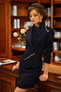 Milla es una chaqueta única y elegante usable con selectas ocasiones. combina 2 estilos de chaquetas: túnica y clásico. tiene una mirada seria y