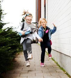 Leikitään yhdessä. Postaamme muutamia suosikkejamme parin viikon ajan. Mikä on oma lempparisi? www.kuvaverkko.fi #olkalaukku #laukku #valokuva #muotokuva #lapsikuva #päiväkotikuva #koulukuva #kuvaverkko #rakkaat #leikitään #leikitäänyhdessä #ulkoleikki #leikki #kaverit #bestikset #syksy #huvinvuoksi