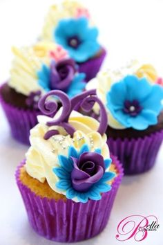 Gorgeous purple floral cupcakes #wedding #weddingcupcakes #purple #cupcake #flowers