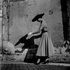 Italian fashion, early photograph by Frank Horvat in Rome, 1951 Vintage Photography, Street Photography, Fashion Photography, White Photography, Best Vacation Destinations, Best Vacations, Coco Chanel, Frank Horvat, Black White Photos