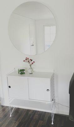 Stringhylla, rund spegel, block och stjärnflocka