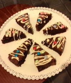 brownies di Natale con glassa al cioccolato bianco e Smarties. .... giusto una cosetta così :)