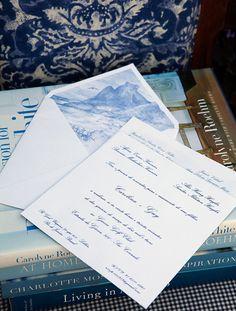 Convite de casamento clássico em azul inspirado no Rio de Janeiro com ilustração da Pedra da Gávea no forro ( Convite: Just Bee Design )