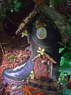 Yet another recycled rain boot that makes a perfect fairy garden home. Cute idea