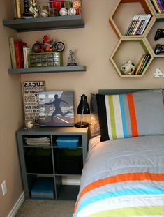 41 Perfect Shelf Decor Ideas Grey Bedrooms 11 Teen Boy Room Decor Waplag Bedroom Ideas with Nightstand and Read Lamp Plus Unique Floating 2 Clean Bedroom, Gray Bedroom, Bedroom Sets, Bedroom Decor, Male Bedroom, Wall Decor, Pretty Bedroom, Bedroom Storage, Bedroom Colors