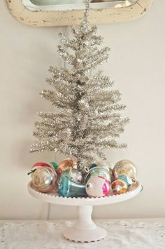 Tinsel tree on cake stand vintage ornaments -voila ! Small Christmas Trees, Merry Little Christmas, Noel Christmas, Vintage Christmas Ornaments, Vintage Christmas Decorating, Silver Tinsel Christmas Tree, Mini White Christmas Tree, Retro Christmas Decorations, Country Christmas