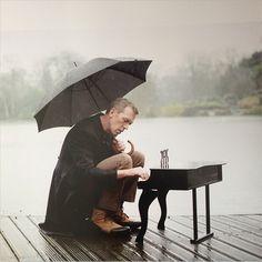Вообще, Хью Лори, среди прочего, ещё и музыкант. Правдашний музыкант, да и поёт он очень даже неплохо.