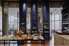 Park Hyatt in Shanghai - bar on floor has excellent view of city Chinese Restaurant, Cafe Restaurant, Restaurant Design, Asian Interior, Cafe Interior, Interior Design, Park Hyatt Shanghai, Kitsch, Public Hotel