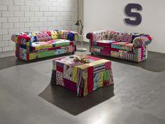 Un salotto composto da divani #Chesterfield e un pouff a letto?