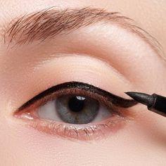 Du bist unzufrieden mit deiner Augenform? Zaubern können wir auch nicht, aber wir kennen geniale Tricks, wie deine Augen mit Eyeliner ganz anders wirken!