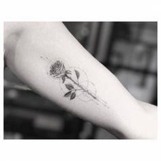 Single needle rose tattoo on the left inner arm. Artista Tatuador: Dr. Woo