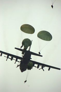 A Hercules drops U. Army Rangers with the Ranger Regiment during a mass tactical airborne operation at Fryar Drop Zone, Fort Benning Georgia for the opening event of Ranger Rendezvous Airborne Army, Airborne Ranger, 82nd Airborne Division, Army Infantry, C 130, Military Men, Military History, Military Photos, Special Ops