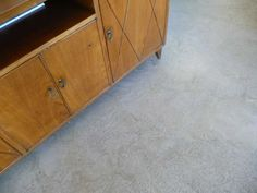 particolare pavimento cemento lucidato. mobile anni '50 in rovere chiaro
