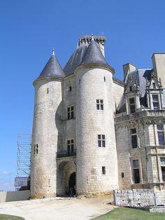 Chatelet d'entrée du Château de La Rochefoucauld —1) HISTORIQUE, 15: Le roi Charles VII se trouve au château de la Rochefoucauld lorsqu'il apprend la victoire de ses troupes sur celles du connétable John Talbot, commandant des troupes anglaises, à la bataille de Castillon, victoire qui met fin à la guerre de Cent Ans. En 1467, Jean de la Rochefoucauld est choisi pour administrer les biens du comte d'Angoulême, Charles d'Orléans. Il devint, en 1468, sénéchal du Périgord.