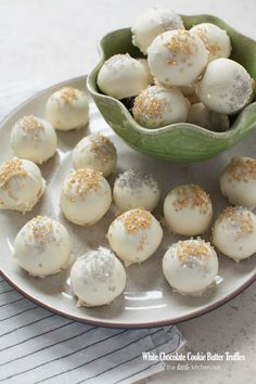 White Chocolate Cookie Butter Truffles - The Little Kitchen - Dessert Recipes Truffle Butter, Truffle Recipe, White Chocolate Desserts, Chocolate Recipes, Chocolate Chocolate, Chocolate Truffles, Fun Desserts, Delicious Desserts, Dessert Recipes