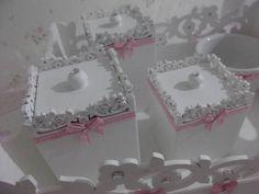 Kit de higiene em mdf provençal personalizado de acordo com projeto do quarto ou solicitação do cliente.  Prazo de entrega de 30 à 45 dias Produto feito artesanalmente  Kit provençal em mdf composto dos seguintes ítens:  1 Cesta 2 Potes médios 1 Pote grande 1 Pote cerâmica 1 Porta fraldas de parede 1 lixeira 1 Abajur cúpula em mdf encapada de tecido R$ 250,00