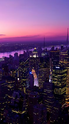 Manhattan, New York, ciel violet, gratte-ciel, ville dans la nuit New York Wallpaper, City Wallpaper, Wallpaper Backgrounds, Iphone Wallpapers, Wallpaper Lockscreen, Mobile Wallpaper, Night Aesthetic, City Aesthetic, New York Tumblr