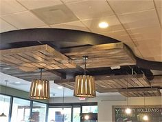 Awesome Uses of Recycled Shipping Pallets: The best thing about the pallets is that they are not expensive and unlimited items depending on the creativity of an Pallet Ceiling, Pallet Wall Art, Pallet Walls, Pallet Patio, Reclaimed Wood Furniture, Old Pallets, Recycled Pallets, Wooden Pallets, Pallet Interior Ideas