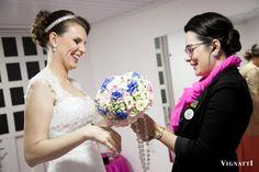 Entregando o buquê para a noiva Ana Paula  Fotografia Vignatti