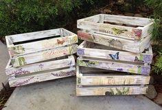 Con unas simples cajas de madera pintadas se puede dar un toque vintage a algunos rincones de tu casa.