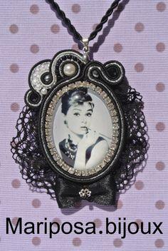 Ciondolo realizzato con l'immagine in glass della meravigliosa Diva Audry Hepburn.Impreziosito da strass..perline..rocailles..crystal e pizzo.Soutache Nero,Grigio e Argento Lurex