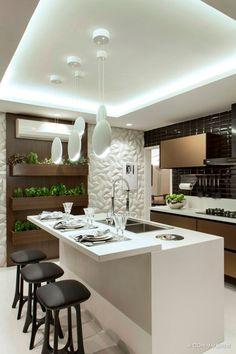 Cucina contemporanea con isola in bianco, nero e marrone con una parete dedicata alle piante aromatiche