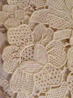 crochet Romanian point lace Looks very much like rose point. Freeform Crochet, Crochet Motif, Irish Crochet, Crochet Flowers, Crochet Lace, Crochet Stitches, Crochet Patterns, Russian Crochet, Doilies Crochet