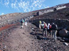 登山者の列が延々と続きます。吉田口|富士山登山ルートガイド。Mount Fuji climbing route guide