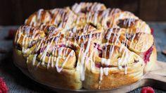 Samarbeid med Rema 1000 Nå er det bare fem dager igjen til 17.mai og de dagene kommer til å gå fort. Jeg har fortsatt noen oppskrifter igjen jeg ønsker å dele med dere. Her er en prinsessekake som er fylt med vaniljekrem, sjokolade og bringebær. Det er en bollekake kan man vel si. Hvem liker … No Bake Desserts, No Bake Cake, Bread, Cookies, Baking, Sweet, Food, Crack Crackers, Candy