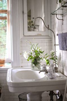 Vintage bathroom, wire trash can when i am rich ванные мечты White Bathroom, Small Bathroom, Feminine Bathroom, Bathroom Flowers, Master Bathroom, Bathroom Ideas, Parisian Bathroom, Classic Bathroom, Bathroom Inspiration