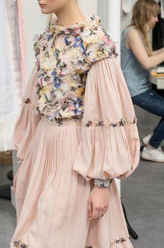 solo una blusa sin las mangas largas, solo las cortas con flores...Chanel Fall 2016 Runway Pictures - Livingly