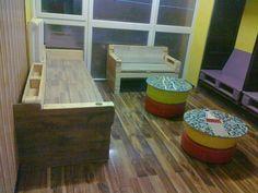 Chill szoba raklapból, beépített szekrényből, autógumiból és mozaikból