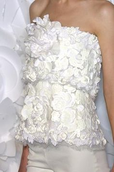 Chanel Couture SPRING 2009 ( Elegance and white paper flowers ) Style Couture, Couture Details, Fashion Details, Couture Fashion, Fashion Show, Fashion Design, Chanel Couture, Estilo Fashion, Ideias Fashion