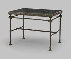 DIEGO GIACOMETTI (1902-1985) Table aux boutons Bronze, Marmor (grün) ca. 59,5 x 81,5 x 61,5 cm Marmorplatte: ca. 80 x 60 x 3,5 cm