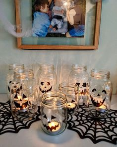 Des lanternes avec du vinyle et des pots mason,  Halloween lantern Transformers, Pot Mason, Halloween Lanterns, Instagram, Frame, Painting, Costume, Decor, Art