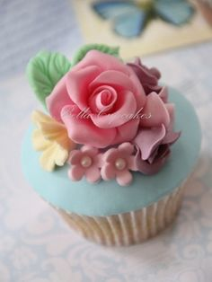 Bella Cupcakes shabby chic wedding cupcakes Oh my gosh so cute! Just maybe purple instead of pink lol Flowers Cupcakes, Pretty Cupcakes, Beautiful Cupcakes, Yummy Cupcakes, Fairy Cupcakes, Floral Cupcakes, Mocha Cupcakes, Gourmet Cupcakes, Strawberry Cupcakes