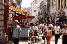 Aglomerație mare pe strada Lipscani în 1979. Incursiune inedită în comerțul comunist.