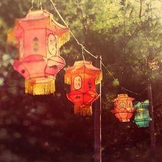 Papel chino linternas brillando en la luz por EyePoetryPhotography