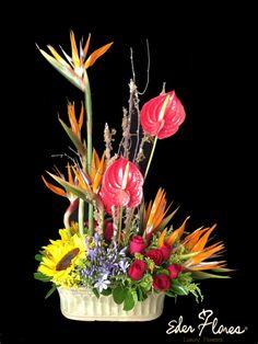 Arreglo Tropical compuesto de Anyurios, Girasoles, Rosa y Aves de paraíso.