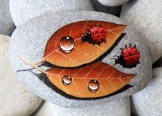 ¡Pintadas de mariquitas piedra en dos hojas! ¡Una gran piedra pintada a mano hecha por mi! Está pintado sobre un mar liso piedra que recoge de una playa en una isla griega. Está pintado con colores acrílicos de calidad de obras de arte y muy pequeños pinceles para el detalle, se firma