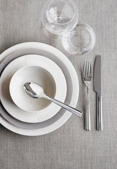 Simpel, elegant and graceful table setting with dinnerware from Rosendahl.