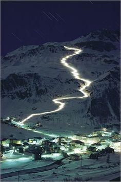 Auf der ganzen Welt gibt es zahlreiche Wintersportgebiete. Wie diese Fotografie beweist, kann man einige davon sogar bei Nacht erkunden.