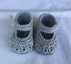 Knit Baby Shoes, Crochet Baby Boots, Knit Baby Booties, Knitted Baby Clothes, Crochet Doll Clothes, Baby Cardigan Knitting Pattern, Baby Knitting Patterns, Knitting Designs, Baby Bootees