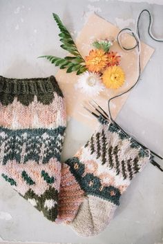 Makes me wish I could get the hang of knitting socks! Knitting Designs, Knitting Projects, Knitting Patterns, Crochet Patterns, Knitting Ideas, Knitting Wool, Knitting Socks, Wool Socks, Yarn Thread
