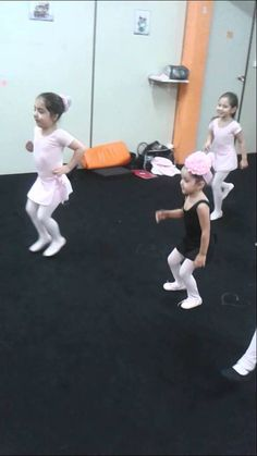 Crazy Ballet Baby Class Ballet  O tempo estava frio e chuvoso então resolvemos dar uma animada no BABY Class Ballet. Diversão na certa! Nossas lindinhas que não faltam nem em dia feio!!!!  Parabéns Prof Anna pelo carinho com as nossas pequenas.